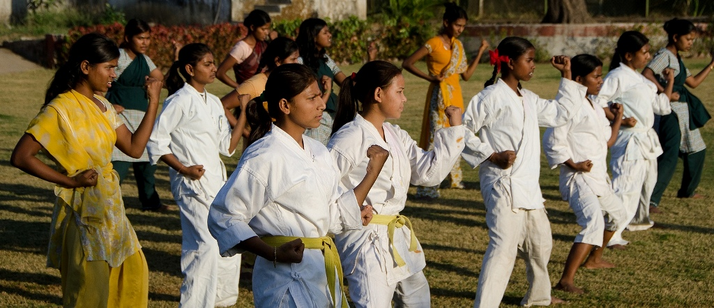 2a/04/self-defence-training-for-girls-in-schools.jpg