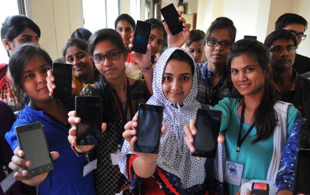 D4/17/students-with-75-attendance-get-smartphones-in-indore.jpg